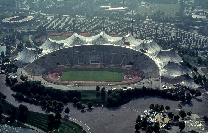 Blick vom Olympiaturm: Olympiapark mit Olympiastadion München 1982