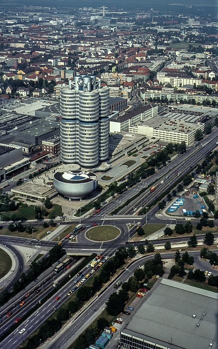 Blick vom Olympiaturm: BMW-Hochhaus und BMW-Museum, BMW-Werkshallen München 1982