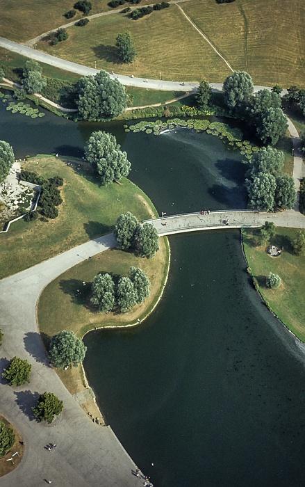 Blick vom Olympiaturm: Olympiapark mit Olympiasee München 1982