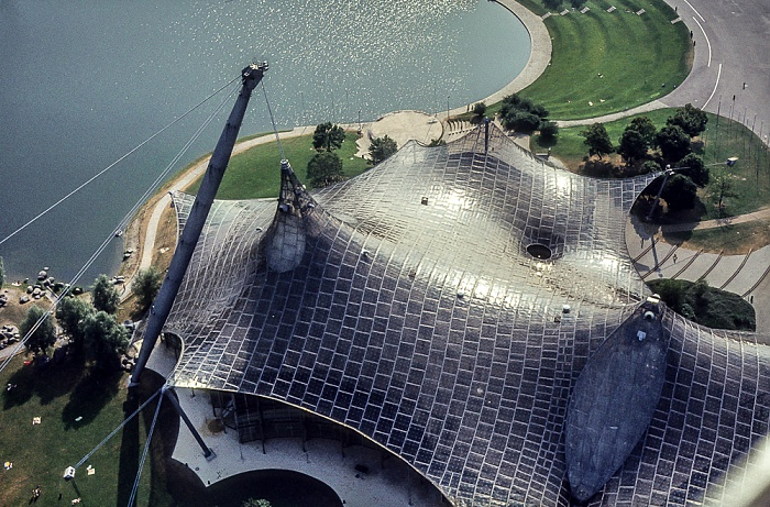 Blick vom Olympiaturm: Olympiapark mit Olympiasee und Olympiaschwimmhalle München 1982