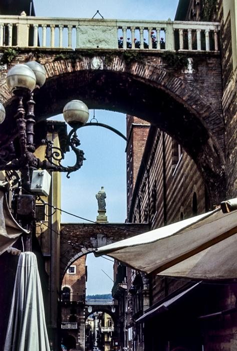 Centro Storico (Altstadt): Via della Costa mit dem Arco della Costa Verona 1982