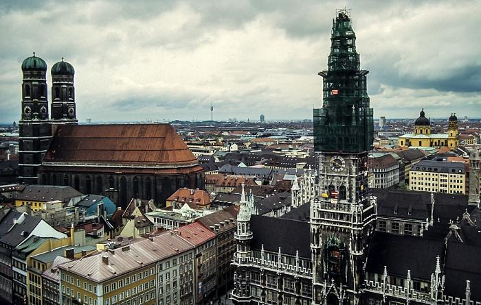 Blick von St. Peter (Alter Peter): Frauenkirche, Neues Rathaus und Theatinerkirche München 1983