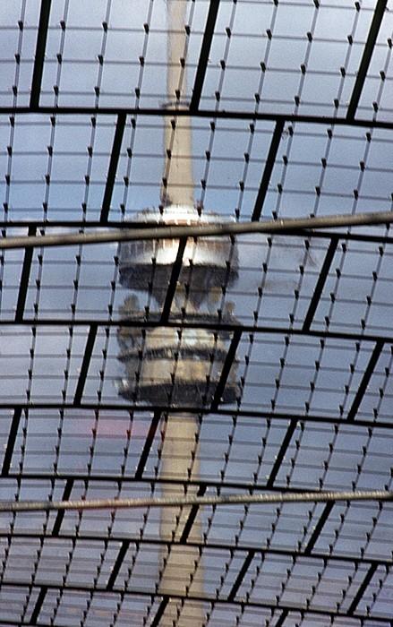 Olympiastadion: Blick durch das Dach auf den Olympiaturm München 1983