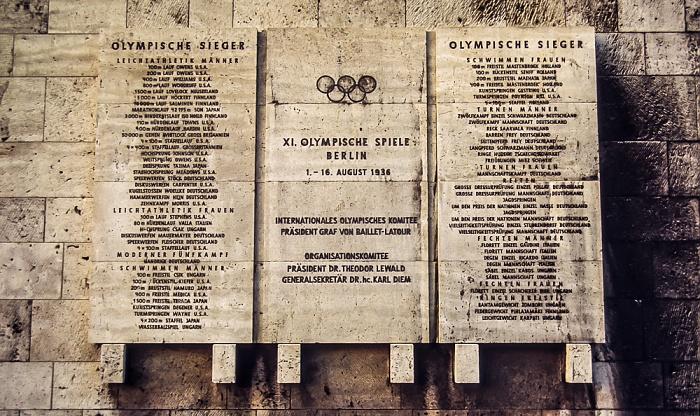 Olympiastadion: Tafel der Olympiasieger von 1936 im Marathontor Berlin 1983