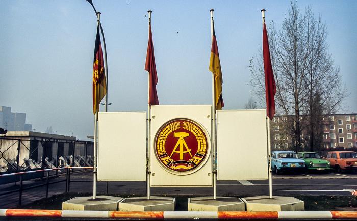 Berlin Grenzübergang Heinrich-Heine-Straße: Wappen und Flagge der DDR