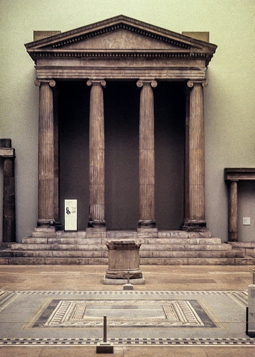 Pergamonmuseum: Pronaos (Vorhalle) des Zeus-Sosipolis-Tempels von Magnesia am Mäander Berlin 1983