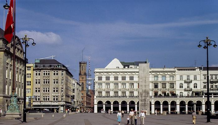 Rathausmarkt, rechts die Alsterarkaden, davor das Hamburger Ehrenmal Hamburg 1984