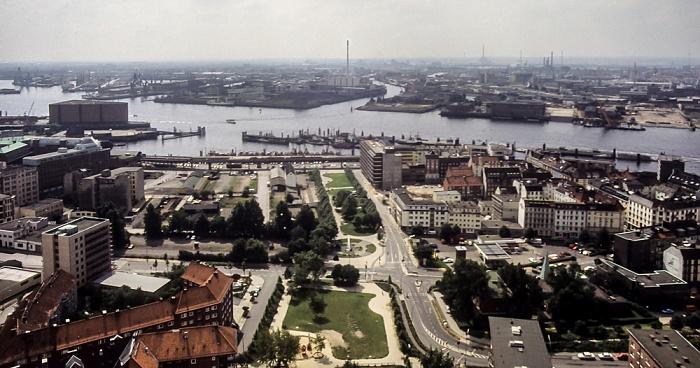Blick vom Turm der St.-Michaelis-Kirche (Michel): Elbe und Hafen Hamburg 1984