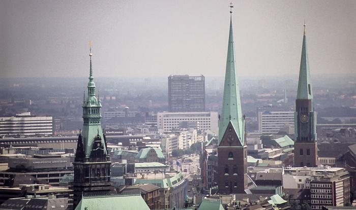 Blick vom Turm der St.-Michaelis-Kirche (Michel): Türme von Hamburger Rathaus, St.-Petri-Kirche und St.-Jacobi-Kirche Hamburg 1984