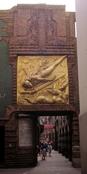 Bremen Eingang zur Böttcherstraße: Fassadenrelief Lichtbringer