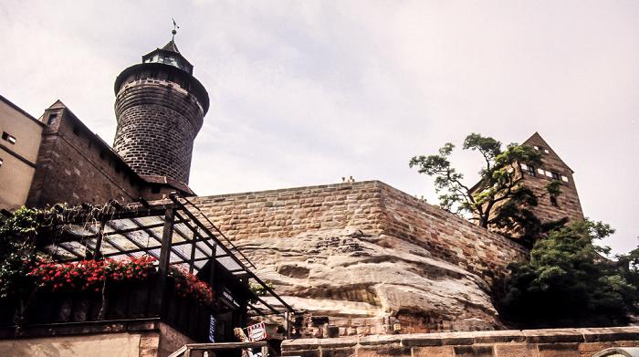 Burg: Sinnwellturm (links) Nürnberg 1984