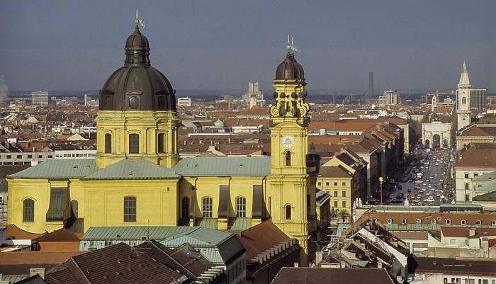 Blick vom Rathausturm (Neues Rathaus): Theatinerkirche, Ludwigstraße (mit Siegestor und Ludwigskirche) München 1984