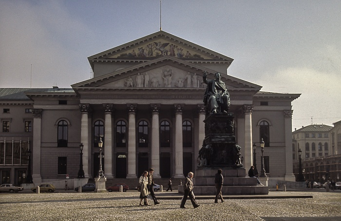 Altstadt: Max-Joseph-Platz - Bronzedenkmal König Maximilian I. Joseph, Nationaltheater München 1984