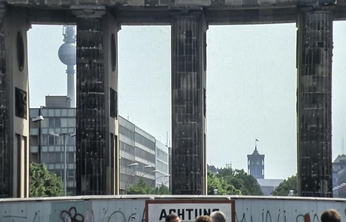 Blick durchs Brandenburger Tor: Unter den Linden Berlin 1985
