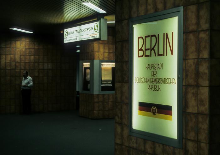 U- und S-Bahnhof Friedrichstraße: Grenzübergang nach Ost-Berlin Berlin 1985