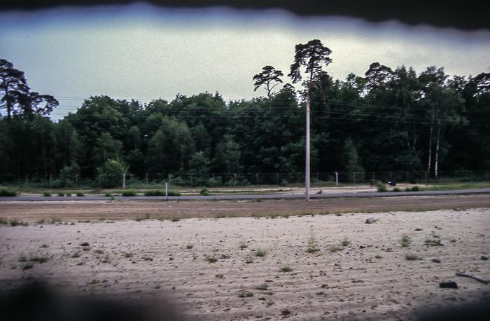 Berlin Steinstücken: Blick durch die Mauer Berliner Mauer Grenzanlagen