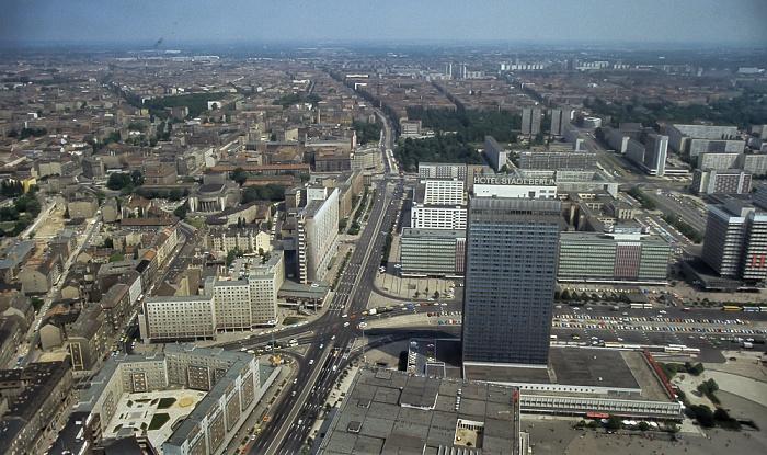 Blick vom Fernsehturm: Karl-Liebknecht-Straße und Alexanderplatz mit dem Hotel Stadt Berlin Berlin 1985