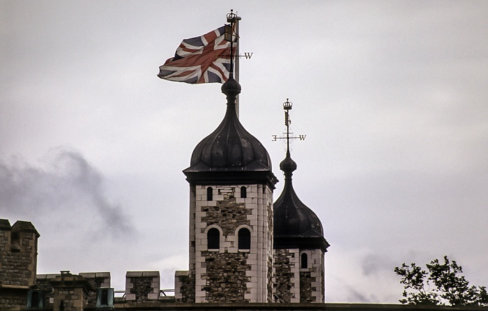 Tower of London: Britische Fahne auf einem der Türme des White Tower London 1985
