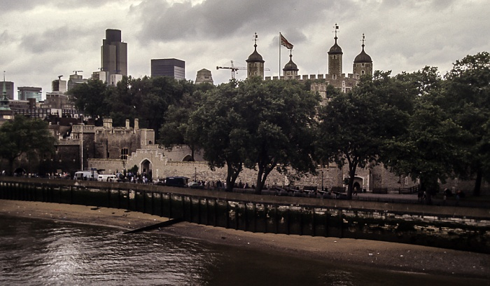 Blick von der Tower Bridge: Themse, Tower of London London 1985