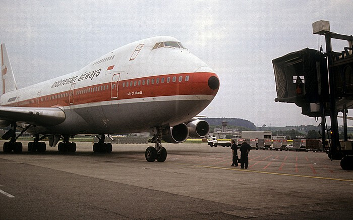 Flughafen Zürich-Kloten: Boeing 747 der Indonesian Airways Zürich