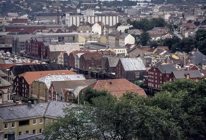 Trondheim Blick von der Festung Kristiansten: Nidelva mit alten Lagerhäusern