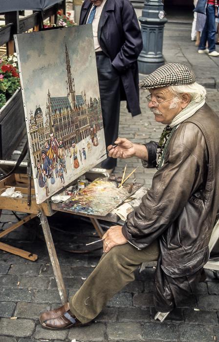 Brüssel Grand Place (Marktplatz): Künstler beim Malen des Rathauses