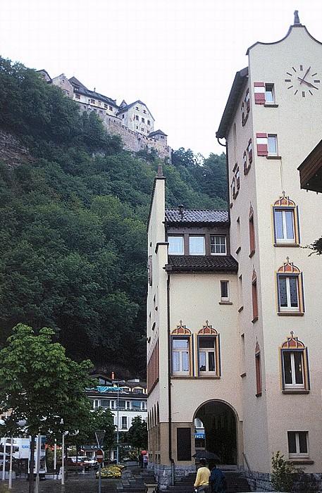 Vaduz Rechts das Rathaus, im Hintergrund (auf dem Berg) das Schloss