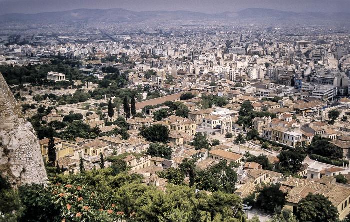 Blick von der Akropolis: Antike Agora von Athen mit dem Tempel des Hephaistos (Hephaisteion) (links) und Römische Agora  (rechts unten) Athen 1988