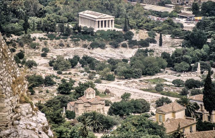 Blick von der Akropolis: Antike Agora von Athen mit dem Tempel des Hephaistos (Hephaisteion) und der Kirche der Heiligen Apostel Athen 1988