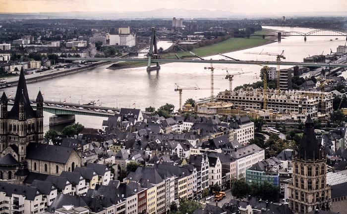 Blick vom Kölner Dom: Altstadt mit Groß St. Martin (links) und Kölner Rathaus (rechts unten), Rhein Köln 1988