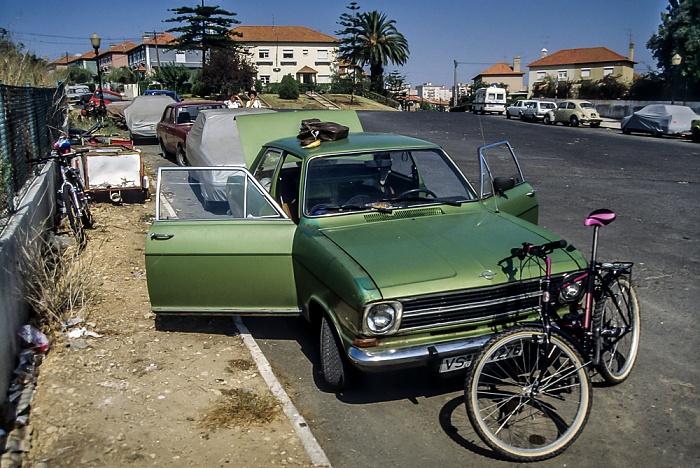 Olivais Norte: Fahrrad vor Opel Kadett Lissabon