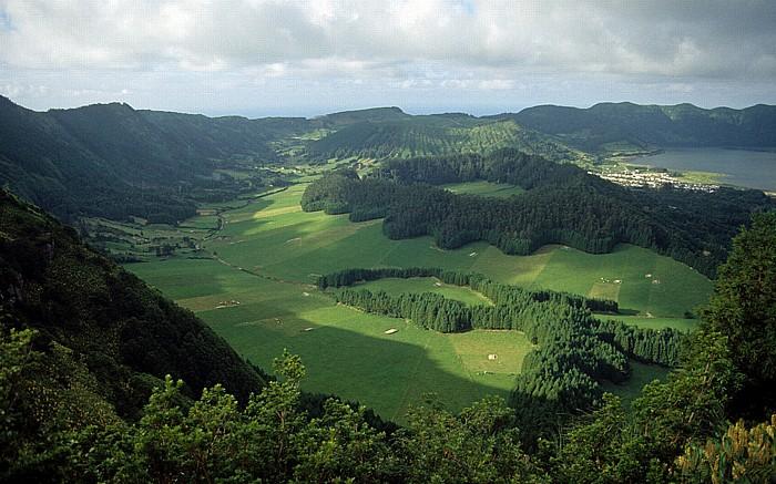 Caldeira das Sete Cidades Westteil mit Caldeira Seca (vorne) und Caldeira do Alferes Lagoa Azul Sete Cidades