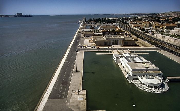 Belém: Blick vom Padrão dos Descobrimentos - Tejomündung in den Atlantik Lissabon 1992