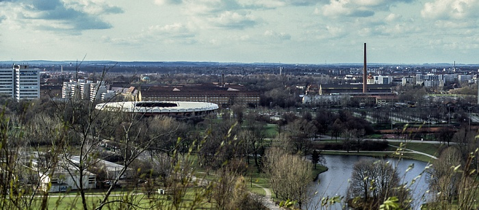 Blick vom Olympiaberg: Olympiapark mit Olympia-Radstadion und Olympiasee München 1992