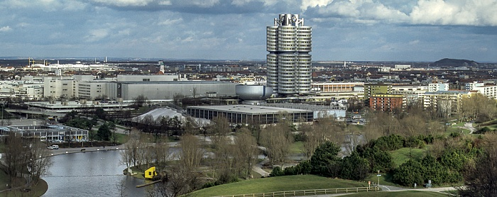 Blick vom Olympiaberg: Olympiapark mit Olympiasee und Olympia-Eissportzentrum München 1992