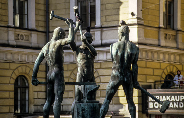 Mannerheimintie / Aleksanterinkatu (Aleksi): Drei-Schmiede-Denkmal (Kolmen sepän patsas) Helsinki 1993