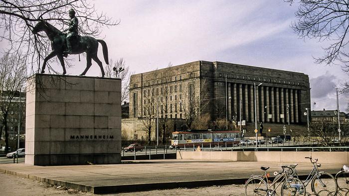 Reiterdenkmal von Carl Gustaf Emil Mannerheim, Parlamentsgebäude (Eduskuntatalo, Riksdagshuset) Helsinki 1993