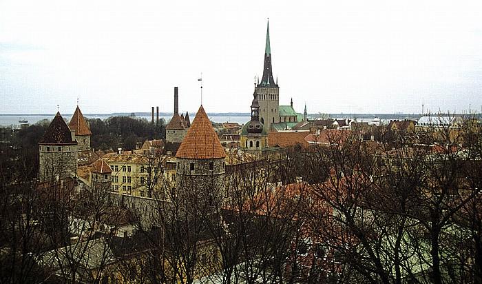 Altstadt: Blick vom Domberg - Türme der Stadtmauer und Olaikirche (Oleviste kirik) Tallinn 1993