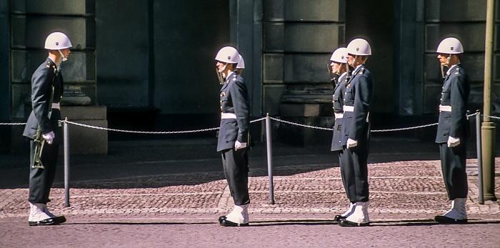 Altstadt Gamla stan: Stockholmer Schloss (Stockholms slott) - Wachablösung Stockholm 1993