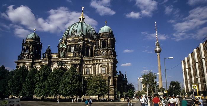 Mitte: Berliner Dom, Forum-Hotel (im Hintergrund), Fernsehturm, Palast der Republik Berlin 1994