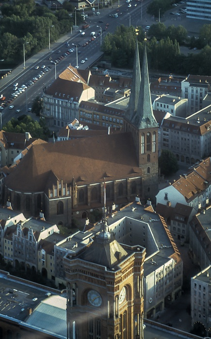 Blick vom Fernsehturm: Nikolaiviertel mit Nikolaikirche Berlin 1994