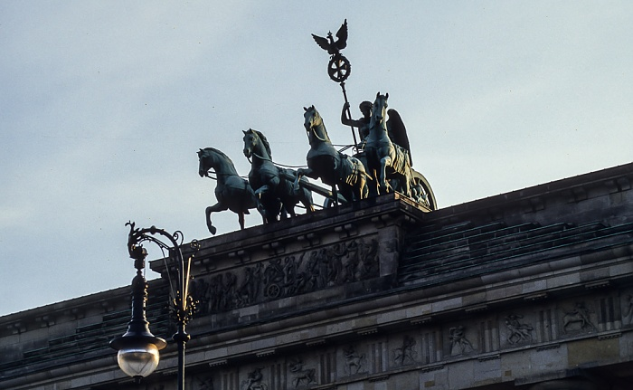 Mitte: Brandenburger Tor - Quadriga Berlin 1994