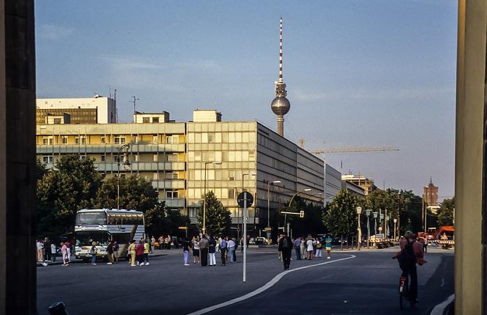 Mitte: Blick durch das Brandenburger Tor - Pariser Platz und Unter den Linden Berlin 1994