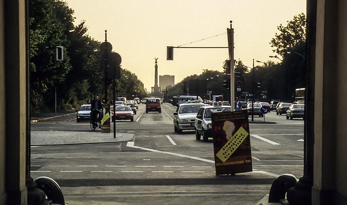 Tiergarten: Blick durch das Brandenburger Tor - Straße des 17. Juni, Großer Tiergarten, Siegessäule Berlin 1994
