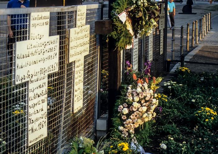Gedenkort Weiße Kreuze für die Opfer der Berliner Mauer Berlin 1994
