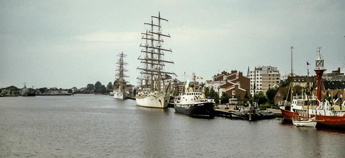 Wilhelmshaven Blick von der Kaiser-Wilhelm-Drehbrücke: Ems-Jade-Kanal mit Museumsschiffen