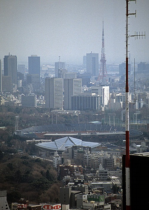 Tokio Blick vom Shinjuku Sumitomo Building Olympiastadion Tokyo Metropolitan Gymnasium Tokyo Tower