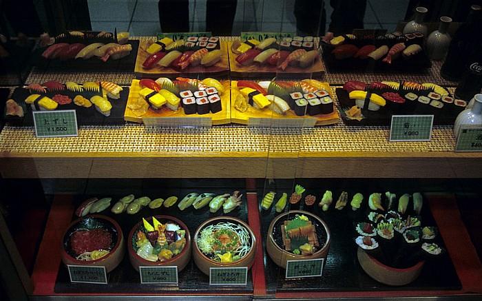 Tokio Restaurantauslage: Shokuhin-Sanpuru (Lebensmittelbeispiel, d.h. nachgemachte Nahrungsmittel aus Plastik oder Wachs)