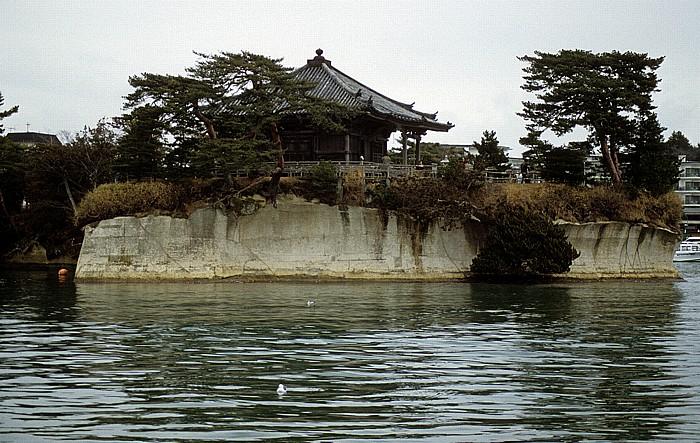 Kiefernbedeckte Insel mit Tempel Matsushima-Bucht