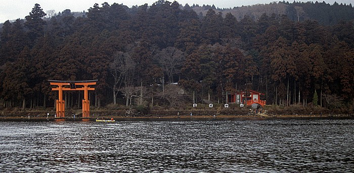 Fuji-Hakone-Izu-Nationalpark Ashi-See: Torii des Hakone-Schreins